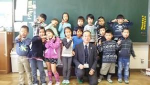 三島坂小学校生徒と岩達理事(中央)