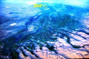 恩格貝の空撮写真(2013年撮影)。 上方に恩格貝賓館(植林ツアー時の宿舎)があります、かつては右下に広がる沙漠と同じ 沙漠でした。この緑に覆われた姿を25年前に誰が想像していたでしょうか。しかも、1本1本が人の手によって植えられたのです。